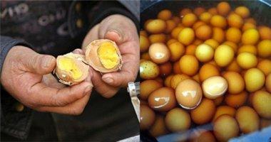 """Cực sốc trước món trứng luộc nước tiểu """"trai trinh"""""""