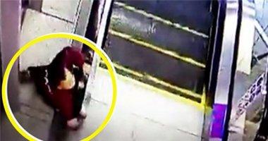 Video: Bé trai suýt chết vì mắc kẹt trong thang cuốn
