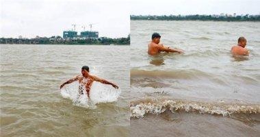 """Choáng với hình ảnh nhiều người """"tắm tiên"""" khi trời cực rét ở Hà Nội"""