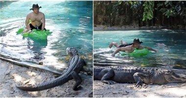 """""""Đứng tim"""" với người đàn ông liều lĩnh thư giãn trong… hồ cá sấu"""