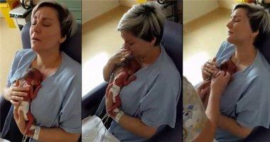 Tan chảy khoảnh khắc mẹ ôm bé sinh non vào lòng