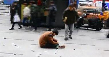 """""""Gã"""" say vung tiền giữa phố và hành động gây sốc của người đi đường"""