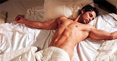 Vì sao khoa học khuyên nam giới không nên mặc đồ khi ngủ?