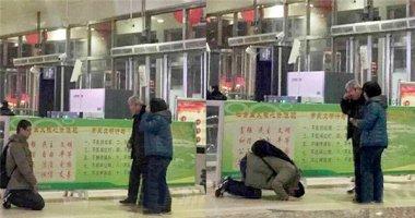 4 năm không về ăn Tết, con trai quỳ lạy cha mẹ giữa sân ga