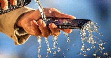 """5 smartphone """"chạy phà phà"""" dù bị rớt xuống nước"""