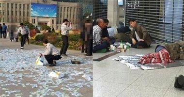 Một phụ nữ vứt đống tiền ra đường và cái kết không ngờ