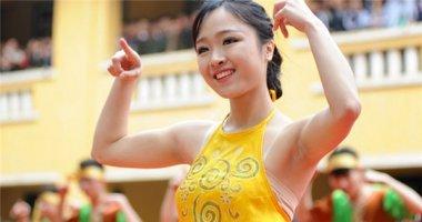Nữ sinh cảnh sát mặc áo yếm nhảy điêu dân vũ