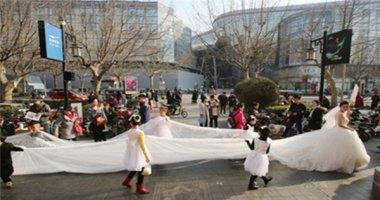 Váy cưới dài 101 mét gây sốt tại Trung Quốc