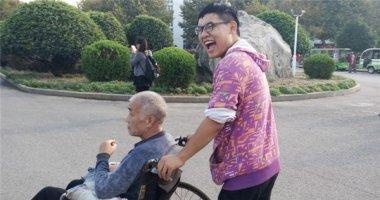 Cảm động chàng sinh viên hiếu thảo chăm sóc cha già trong kí túc xá