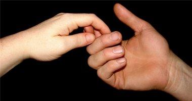 Nhìn bàn tay đàn ông phú quý để trao thân gửi phận
