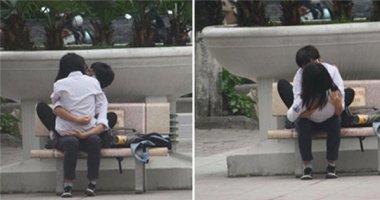 Sốc: Hình ảnh đôi trẻ hôn nhau đắm đuối trong tư thế lạ ngay giữa phố