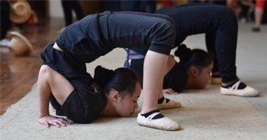 Cận cảnh khổ luyện uốn dẻo của nữ sinh trường nghệ thuật