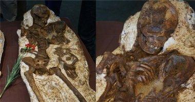 Xúc động với hóa thạch mẹ ôm con 4800 năm tuổi