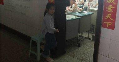 Câu chuyện đằng sau hình ảnh bé gái nép mình cạnh cửa lớp gây sốt