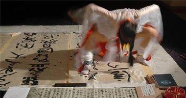 """Thốn không tưởng với """"nghệ thuật"""" viết thư pháp... bằng chỗ kín"""