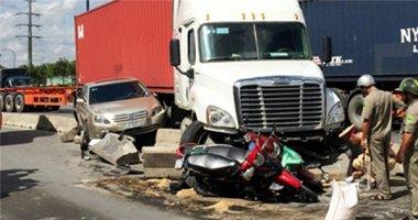Container mất lái hất văng ô tô 4 chỗ và 6 xe máy