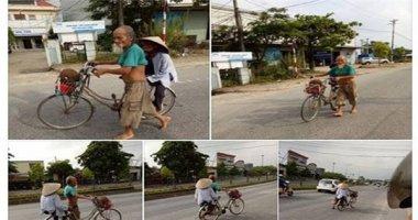 """Xúc động """"soái ca"""" 80 tuổi chân trần, dắt xe đạp chở vợ đi bán mít"""