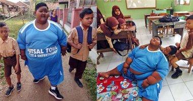 Cậu bé béo nhất thế giới nặng gần 2 tạ đã có thể đứng dậy đi học
