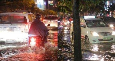 Sài Gòn phố biến thành sông, giao thông tê liệt hàng giờ sau mưa lớn
