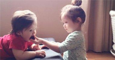 """""""Tan chảy"""" trước khoảnh khắc ngọt ngào của hai chị em Cadie và Alfie"""