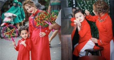Hai mẹ con MC Bạch Lan Phương rạng rỡ dạo phố Trung Thu