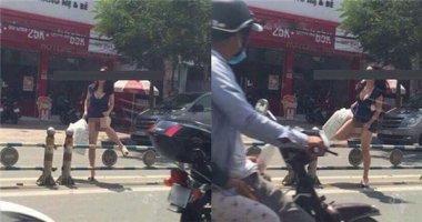 Hốt hoảng cảnh cô gái tự tin vén váy giữa đường dù không mặc nội y