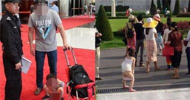 Sốc với cảnh cha cho con tè ngay thảm đỏ Hội nghị quốc tế