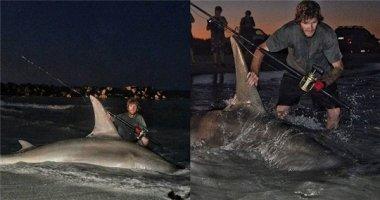 Thanh niên Úc may mắn câu được cá mập đầu búa khổng lồ