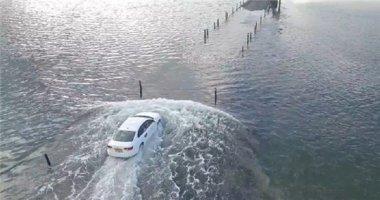 Bất chấp thủy triều lên, ô tô vẫn rẽ nước biển tiến thẳng vào bờ