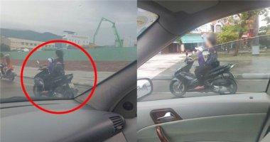 Thót tim cảnh bé trai lái xe chở cô gái không đội mũ bảo hiểm