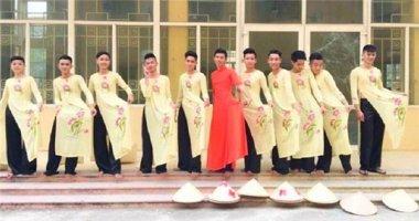 Nam sinh cấp 3 mặc áo dài múa nón mừng ngày 20/11 gây tranh cãi