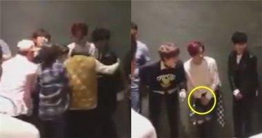 """Bức xúc loạt mĩ nam Kpop bị nhân viên nữ đụng chạm """"chỗ kín"""""""