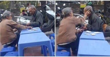Lặng người ngắm nhìn tình yêu bất diệt của hai cụ già ở Hà Nội