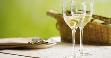 Uống rượu vang trắng tăng nguy cơ ung thư da?