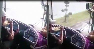 Hoảng sợ trước cảnh tài xế vừa lái xe khách vừa ăn mì tôm