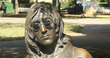 Kỳ lạ cụ bà được trả lương cao để giữ kính mát cho tượng John Lennon