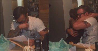 Bố dượng vỡ òa cảm động với món quà sinh nhật từ con riêng của vợ