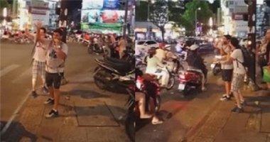 """Ấm lòng với việc """"bao đồng"""" của hai anh Tây giữa đường phố Sài Gòn"""