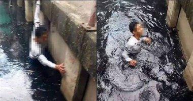 Chỉ lo livestream, bỏ mặc thanh niên vùng vẫy dưới nước cho đến chết