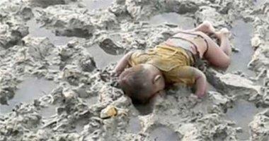 Ám ảnh hình ảnh đứa trẻ tị nạn 16 tháng tuổi chết úp mặt trên bùn