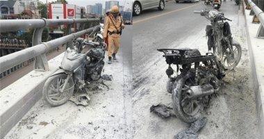 Hà Nội: Xe máy đột nhiên bốc cháy dữ dội trên cầu vượt Lê Văn Lương