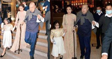 Tỉ phú Hồng Kông chống gậy đưa vợ ba kém 26 tuổi đi mua sắm
