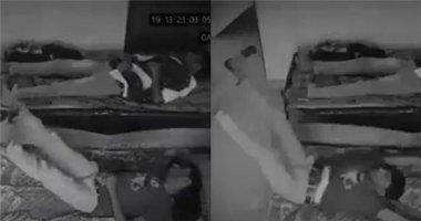 Rợn tóc gáy clip nam thanh niên đang ngủ bị kéo lê khỏi giường