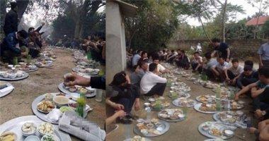 Thích thú với bữa cỗ có 1-0-2, mỗi người 1 mâm ngồi dọc đường làng