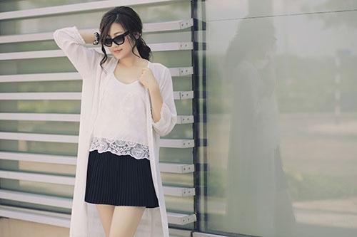 Á hậu Dương Tú Anh khoe vẻ đẹp hồn nhiên đời thường khi dạo phố