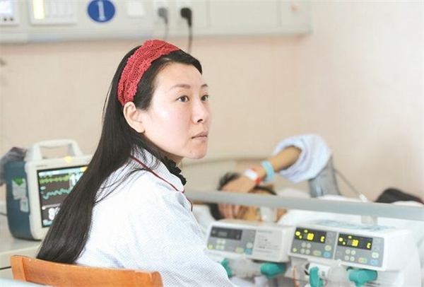 Tong Kun luôn bên cạnh giường bệnh của mẹ.