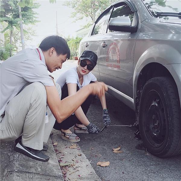 Angela Phương Trinh chăm chú lắng nghe người bên cạnh hướng dẫn sửa xe. - Tin sao Viet - Tin tuc sao Viet - Scandal sao Viet - Tin tuc cua Sao - Tin cua Sao