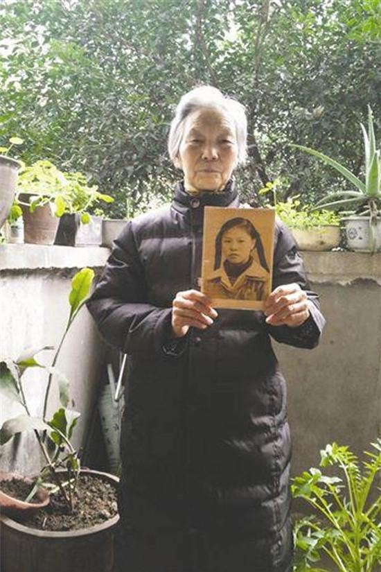 Bà Tú Anh và tấm ảnh thời con gái. Ảnh: Internet
