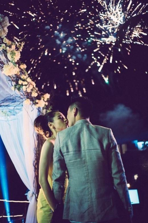 Trong khoảnh khắc tuyệt vời, pháo hoa nở rộ trên trời cùng những tiếng nổ lốp bốp, cả thế giới hân hoan chào đón năm mới, nhiều cặp đôi đã không ngại ngần hôn nhau đầy ngọt ngào. Đây chắc chắn là trải nghiệm mà ai cũng muốn thử một lần trong đời!(Ảnh: Internet).