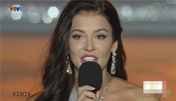 """Hoa hậu Nga: """"Xin chào Hải Nam. Tôi nghĩ là trong 1 thế giới như hôm nay, cái ý nghĩa củahoa hậu nhân ái là chúng ta có thể chia sẻ tình yêu,niềm hạnh phúc vớitất cả mọi người. Đó là hân hạnh rất lớn của tôi khi có đc cơ hội tham gia vào gia đình hoa hậunày."""" - Tin sao Viet - Tin tuc sao Viet - Scandal sao Viet - Tin tuc cua Sao - Tin cua Sao"""